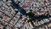 Di Tepi Sungai Xu Yen Tam, Kota Ho Chi Min, masih ada sekitar 20 ribu rumah yang berdiri tegak dengan berbagai bentuk. (AFP/Kao NGUYEN)
