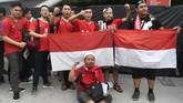 Suporter Timnas Indonesia setia mendukung tim asuhan Bima Sakti meski pertandingan digelar jauh dari tanah air di Stadion Nasional, Kallang. (ANTARA FOTO/Sigid Kurniawan/pd)