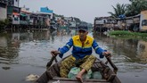 Pemerintah Vietnam telah lama menjanjikan pembangunan kembali 'kanal hitam', sebutan untuk sungai yang warnanya hitam pekat karena sudah tercemar limbah. (AFP/Nguyen)
