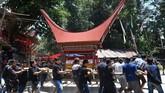 Salah satu keluarga di Toraja menyimpan peti berisi jenazah di dalam rumah selama 7 bulan sebelum akhirnya disemayamkan di bukit. (AFP/GOH Chai Hin)