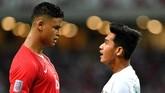 Septian David Maulana (kanan) yang bermain pada menit ke-84 bersitegang dengan pemain Singapura Irfan Fandi Ahmad yang juga anak pelatih Fandi Ahmad. (ANTARA FOTO/Sigid Kurniawan/pd)