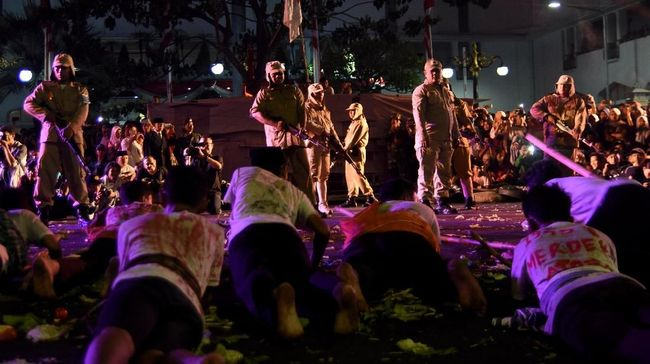 Drama Hari Pahlawan, Penonton di Rel di Luar Kendali Panitia