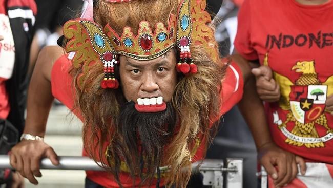 Banyak cara bagi suporter untuk mendukung Timnas Indonesia saat menghadapi Singapura di laga pertama Piala AFF, salah satunya dengan mengenakan topeng. (ANTARA FOTO/Sigid Kurniawan/pd)