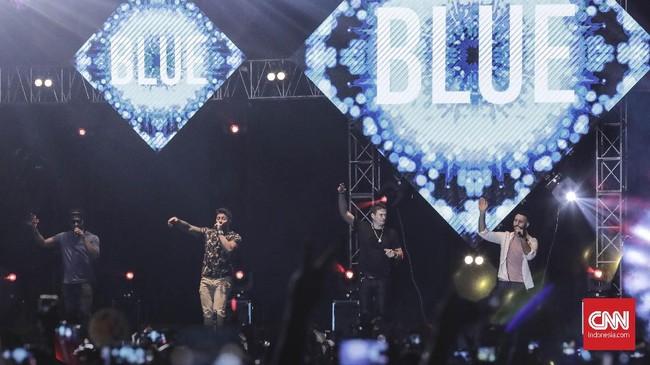 Boyband asal Inggris, Blue, tampil lengkap di The 90's Festival. Mereka membawakan seluruh lagu hitsnya termasuk All Rise dan One Love.