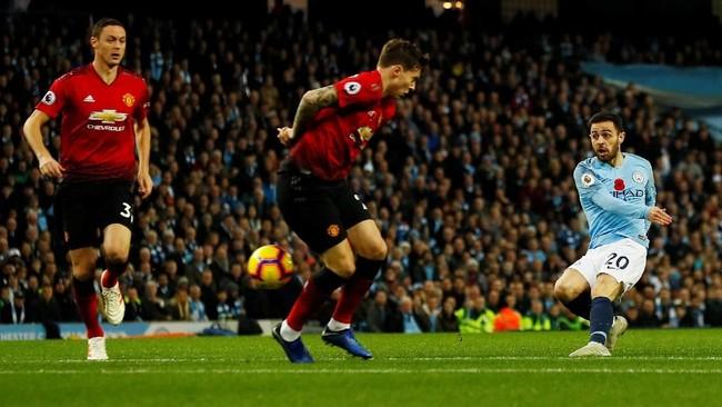 Manchester City menjamu Manchester United dalam lanjutan Liga Inggris di Stadion Etihad, Minggu (11/11). (Reuters/Jason Cairnduff)