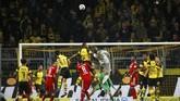 Kiper Bayern Munchen Manuel Neuer terlihat turut membantu penyerangan pada menit-menit akhir laga. Namun upaya Neuer tak mampu menghasilkan gol penyama kedudukan. (Thomas Delaney REUTERS/Wolfgang)