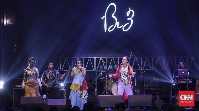 Group vokal B3 tampil di The 90's Festival, Jakarta, Sabtu (10/11).