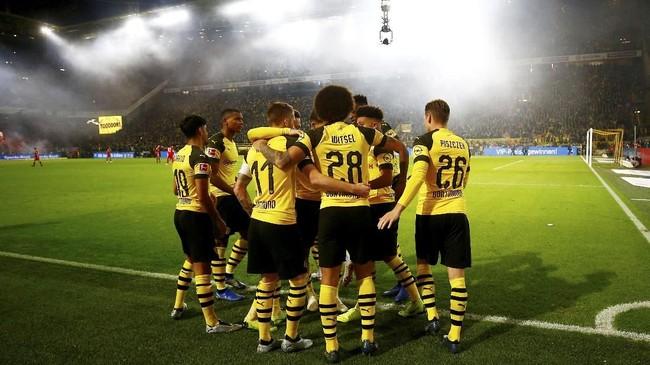 Kemenangan 3-2 atas Bayern Munchen membuat Borussia Dortmund kukuh di puncak klasemen dengan 27 poin, unggul empat angka dari Borussia Moenchengladbagh. (REUTERS/Wolfgang Rattay)