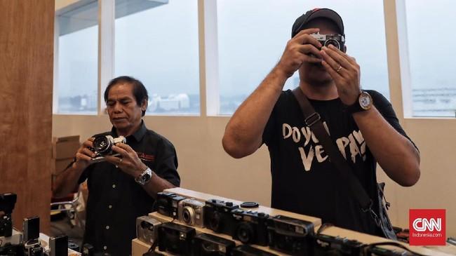 Gantungan kunci belas roll film yang telah dipake di jual di pameran Low Light Bazar Jakarta, (11/11). (CNN Indonesia/Hesti Rika)