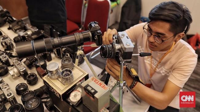 Selain yang berusia matang, fotografi analog juga digemari oleh anak-anak muda yang merasa bosan mengolah foto dengan kamera digital dan perangkat lunak serba bisa.