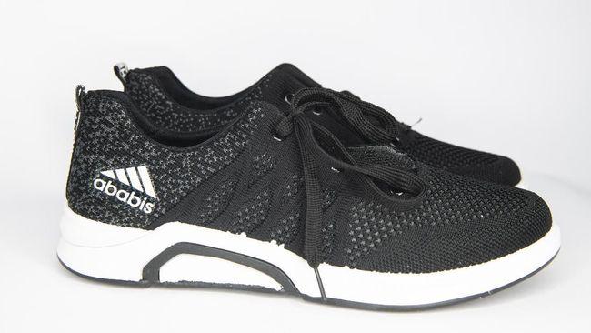 Di Balik Larisnya Sepatu 'Hampir Adidas'