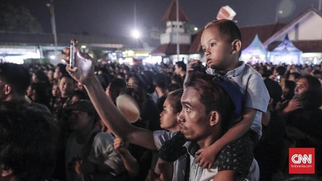 Banyak pengunjung yang menonton The 90's Festival bersama anaknya.