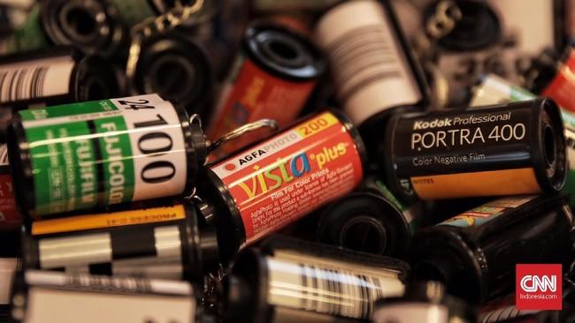Selain penjualan kamera, di Low Light Bazaar juga tersedia penjualan roll film, jasa perbaikan dan jasa cuci cetak foto