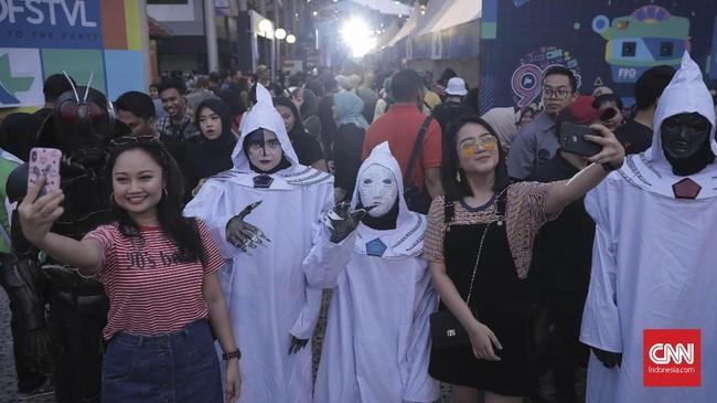 Penonton berpose bersama cosplayer di The 90's Festival, Jakarta, Sabtu (10/11). The 90's Festival merupakan festival musik yang menghadirkan band di era tahun 90an. Acaraini berlangsungdi Gambir Expo, Kemayoran, Jakarta.