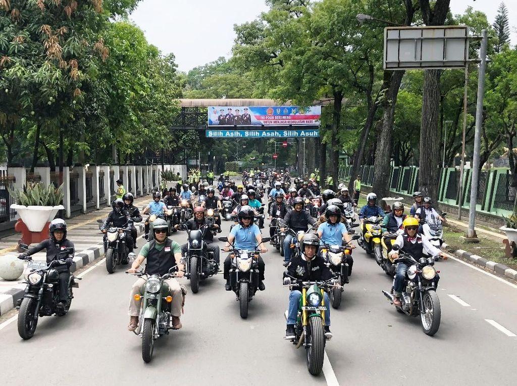 Jokowi memimpin rombongan konvoi motor di Bandung. Foto: Ray Jordan/detikcom
