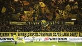 Fan Borussia Dortmund menyambut meriah laga antara tim kesayangannya menghadapi Bayern Munchen dalam pertandingan bertajuk 'Der Klassiker' yang terjadi pada pekan ke-11 Bundesliga 2018/2019. (REUTERS/Wolfgang Rattay)