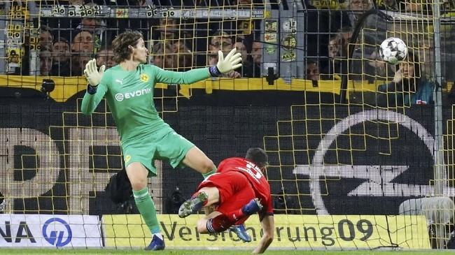 Robert Lewandowski mencetak gol pada menit ke-26 yang membuat Bayern Munchen unggul 1-0 hingga babak pertama usai. (REUTERS/Kai Pfaffenbach)