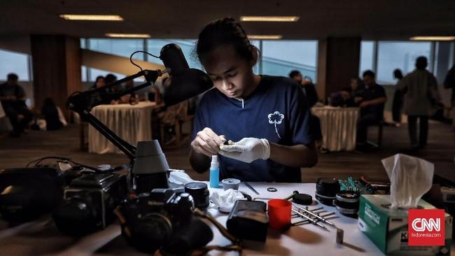 Untuk memulai hobi fotografi analog seseorang cukup mengeluarkan uang mulai dari Rp100 ribuan untuk membeli kamera beserta filmnya.