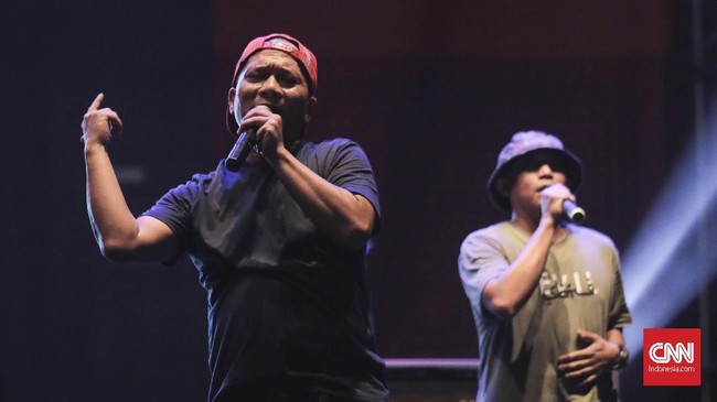 Iwa K bersama Sweet Martabak tampil di The 90's Festival, Jakarta, Sabtu (10/11).