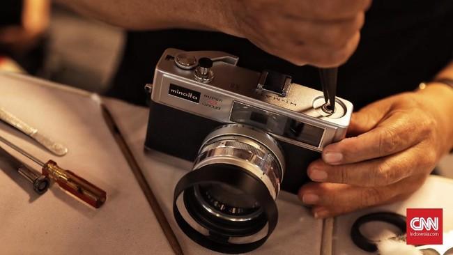 Pecinta fotografi analog setiap tahunnya memadati Low Light Bazar untuk menemukan pernak-pernik fotografi incarannya.