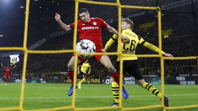 Lewandowski mencetak gol kedua pada menit ke-52. Namun gol penyerang Polandia itu tidak mampu menghadirkan kemenangan karena Reus dan Paco Alcacer mampu mencetak gol membalikkan keadaan. (REUTERS/Kai Pfaffenbach)