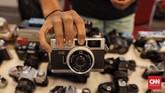 Mereka menilai fotografi analog memberi sensasi lebih mendebarkan, karena film yang dipakai bisa saja gagal menangkap gambar serta warna atau malah terbakar.