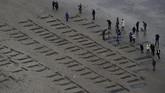 Para tentara yang ikut tewas dalam perang besar pertama di dunia modern itu juga diabadikan di tepi pantai. (REUTERS/Clodagh Kilcoyne)