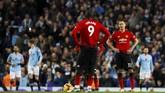 Manchester United masih terpuruk di posisi kedelapan dengan nilai 20 poin. Butuh usaha keras bagi untuk bisa kembali ke persaingan di papan atas. (Reuters/Jason Cairnduff)