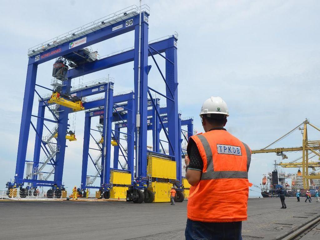 Petugas PT Pelabuhan Indonesia I (Persero) atau Pelindo 1 memantau kedatangkan 4 unit alat bongkar muat peti kemas Rubber Tyred Gantry (RTG) di Terminal Peti Kemas Domestik Belawan (TPKDB), Minggu, (11/11). Istimewa.
