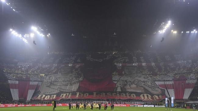 AC Milan menyambut Juventus di San Siro dalam lanjutan Liga Italia. Suporter AC Milan sangat antusias menyambut laga ini.(REUTERS/Alberto Lingria)