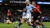 Setelah momen tersebut, Manchester United tetap kesulitan memberikan tekanan pada Manchester City. 'The Citizens' justru terus agresif menyerang 'Setan Merah'. (Reuters/Jason Cairnduff)