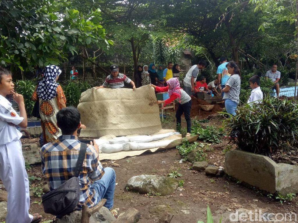 Penampakan Mayat Keluar dari Kubur Akibat Longsor di Bogor