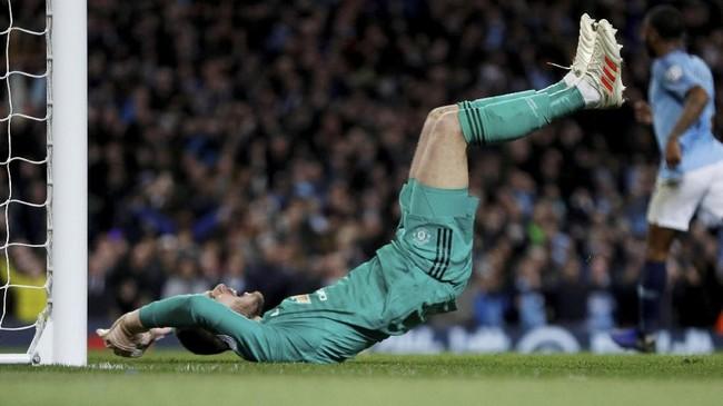 David De Gea terlihat kecewa karena harus tiga kali memungut bola dari dalam gawangnya di laga derby Manchester. (REUTERS/Darren Staples)