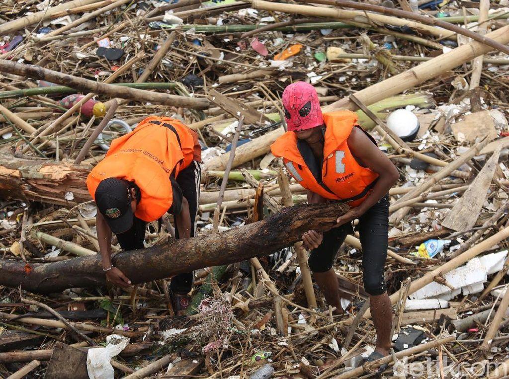 Aksi Spiderman Bersih-bersih Sampah di Pintu Air Manggarai