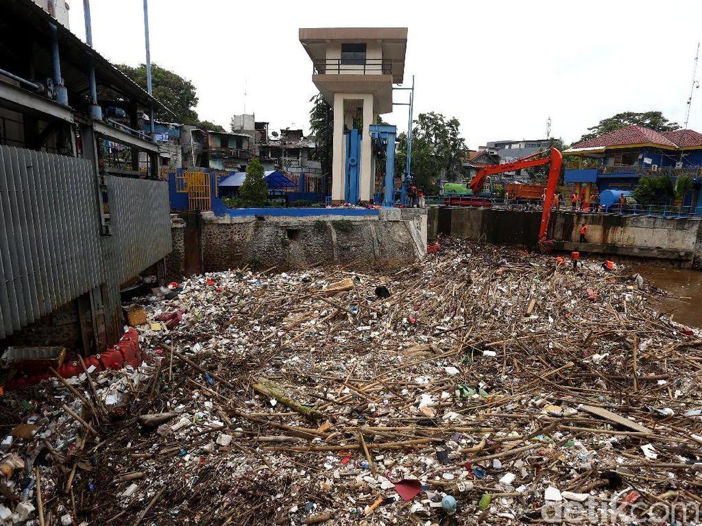 Intensitas Hujan Tinggi, Sampah Menumpuk di Pintu Air Manggarai