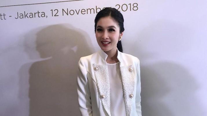 Tak kalah dengan suami yang menekuni bidang bisnis, artis Sandra Dewi juga cukup sibuk dengan rantai usahanya