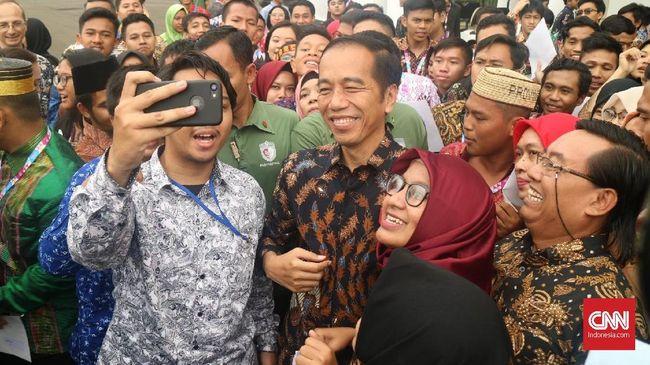 Kehebohan Emak-emak Lampung Foto Bareng Jokowi