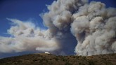 Belum padam kebakaran, California sudah harus bersiap menghadapi angin ribut Santa Ana yang diperkirakan berembus dengan kecepatan 113 kilometer perjam. (Reuters/Eric Thayer)