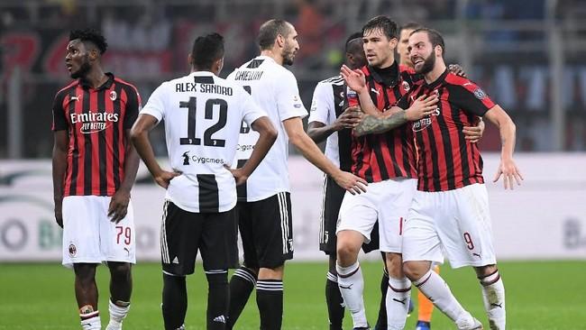 Gonzalo Higuain masih tak terima dengan keputusan wasit dan terus mencoba melakukan protes. (REUTERS/Alberto Lingria)