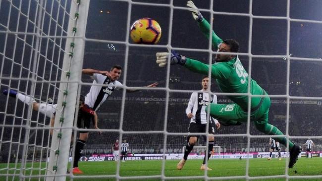 Saat laga baru memasuki menit kedelapan, Mario Mandzukic sudah berhasil membobol gawang AC Milan yang dikawal Gianluigi Donnarumma. (REUTERS/Alberto Lingria)