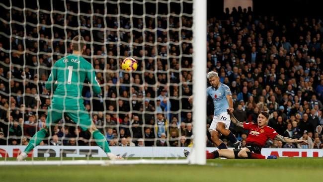 Manchester City lalu menggandakan keunggulan di menit ke-48. Tembakan keras Sergio Aguero tak bisa dihalau oleh David De Gea. (REUTERS/Darren Staples)