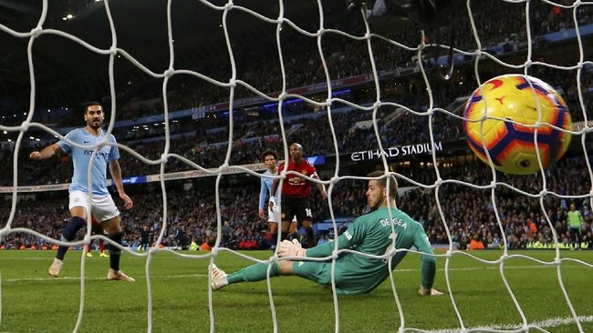 Usaha Manchester City akhirnya membuahkan hasil di menit ke-86. Ilkay Guendogan mencetak gol ketiga Manchester City di laga tersebut. (REUTERS/Darren Staples)