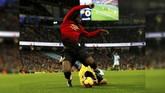 Manchester United sempat menunjukkan sinyal bangkit lewat gol penalti Anthony Martial di menit ke-58. Penalti didapat setelah Romelu Lukaku dijatuhkan Ederson. (Reuters/Jason Cairnduff)