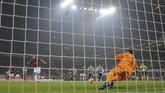 Peluang terbaik untuk menyamakan kedudukan ada di menit ke-41. Namun tendangan penalti Gonzalo Higuain gagal bersarang di gawang Wojciech Szczesny (REUTERS/Alberto Lingria)