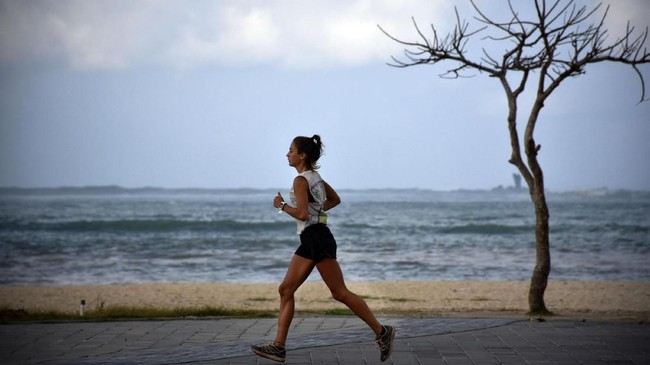 Seorang wisatawan asing berlari di kawasan Kuta Beach Park The Mandalika di Desa Kuta, Kecamatan Pujut, Praya, Lombok Tengah, NTB.