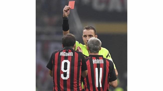 Gonzalo Higuain menerima kartu kuning kedua dan harus keluar lapangan. Kartu kuning kedua didapat Higuain karena ia berteriak ke arah wasit usai mendapat kartu kuning. (REUTERS/Alberto Lingria)
