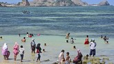 Pengunjung berada di Kuta Beach Park The Mandalika di Desa Kuta, Kecamatan Pujut, Praya, Lombok Tengah, NTB.