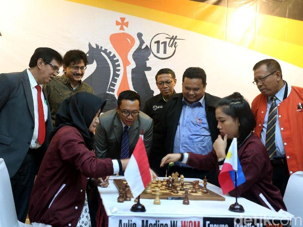Menpora Imam Nahrawi didampingi Ketua Umum PB Percasi, GM Utut Adianto menyaksikan partai utama Duel Match Medina Wardah Aulia vs WGM Janelle Mae Frana dari Filipina.