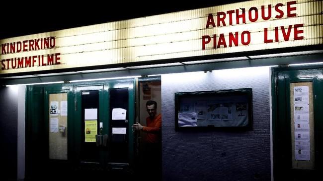 Seorang proyeksionis bernama Wolfgang meninggalkan ruang screening, yaitu ruang yang dipakai menonton bioskop untuk skala audiens lebih kecil daripada bioskop, di Bioskop Breitenseer Lichtspiele di Wina, Austria.(REUTERS/Lisi Niesner)