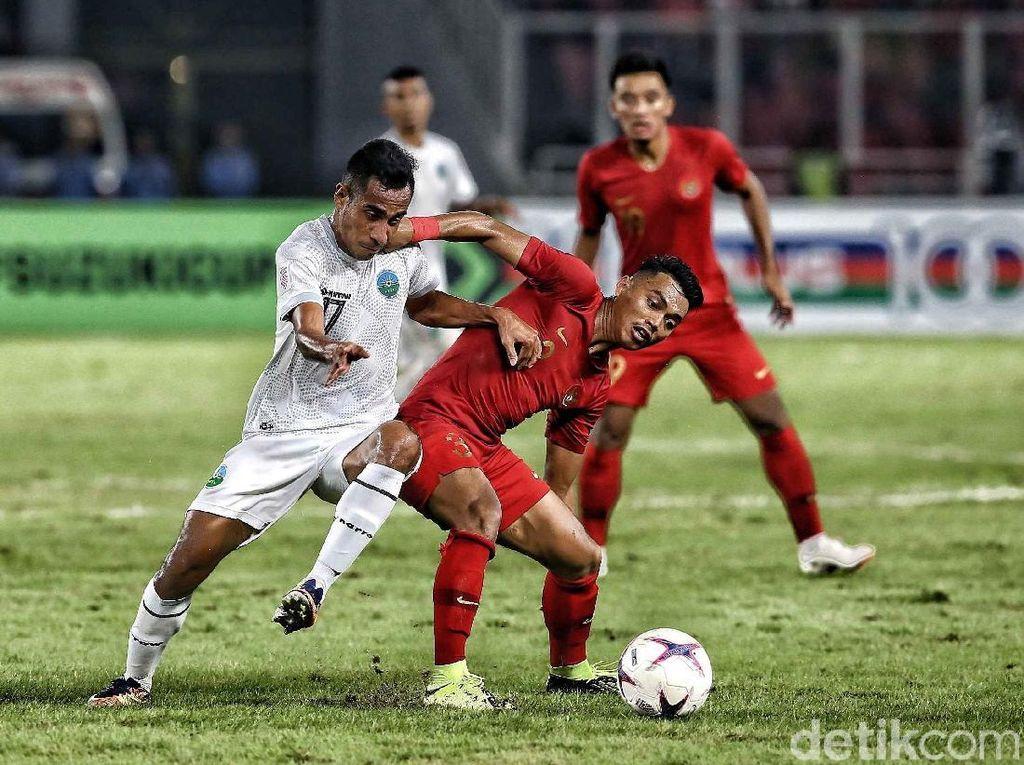 Alfath Faathier berusaha menghentikan serangan Timor Leste. Dalam pertandingan ini, Alfath Faathier berhasil mencetak gol pertama untuk Indonesia di menit ke-60.